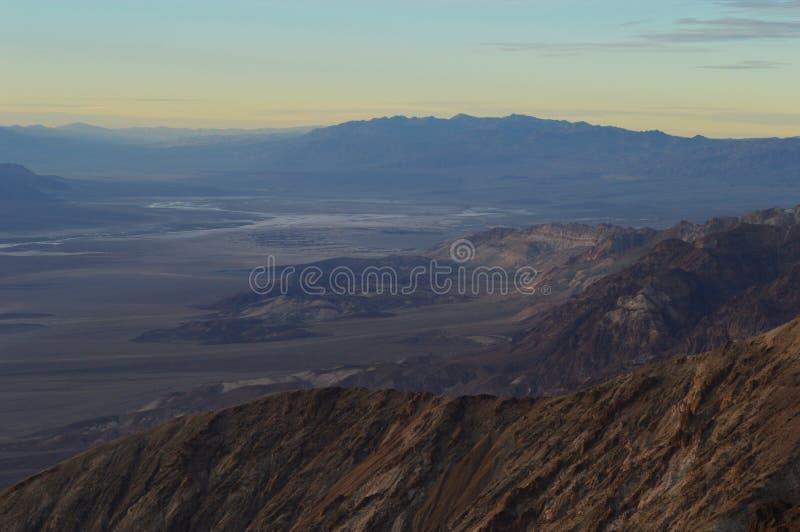 Death Valley utsikt från överkant av sikten för Dante ` s under tacksägelsesolnedgång Salt lägenhetblick som sjön eller moln Purp fotografering för bildbyråer