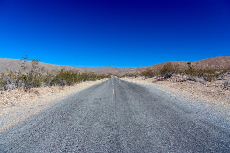 Death- ValleyNationalpark: Endlose Straße lizenzfreie stockfotos