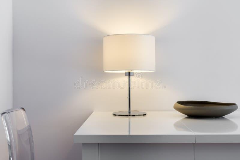 Deatil van modern binnenlands ontwerp, lijst en lamp stock afbeelding