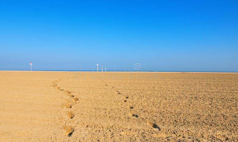 Deauville strand i den Calvados departementen i den Normandie regionen i Frankrike Deauville är en prestigefull semesterort ovanf arkivfoto
