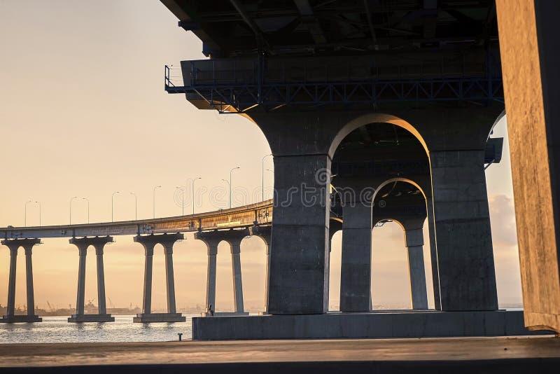 Debaixo da ponte de Coronado no nascer do sol imagem de stock