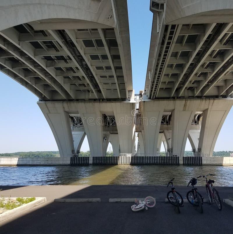 Debaixo da ponte de Wilson e o Rio Potomac e as bicicletas imagem de stock