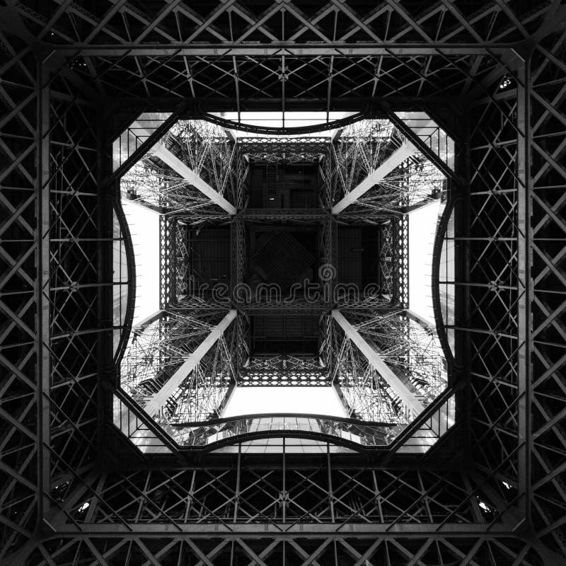 Debaixo da torre Eiffel que olha acima fotografia de stock royalty free