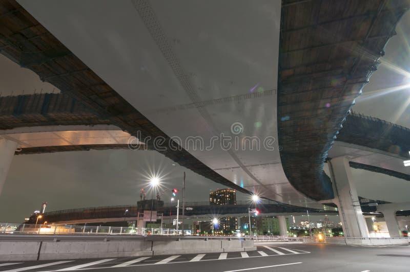 Debajo de la carretera de la noche foto de archivo