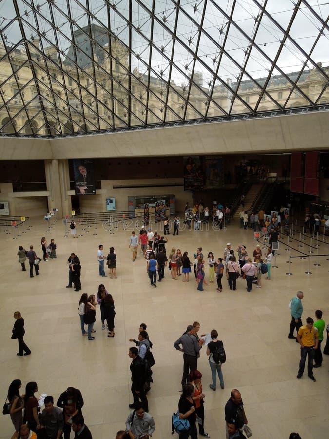 Debajo de la gran pirámide del Louvre imagen de archivo