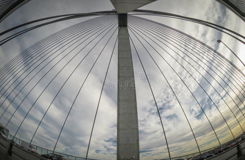 Debajo de la torre Cable-permanecida del puente, la imagen que muestra su cable largo con el cielo nublado en ojos de pescados pe imagenes de archivo