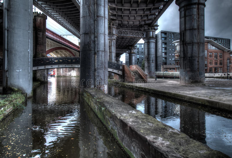 Debajo de los puentes foto de archivo