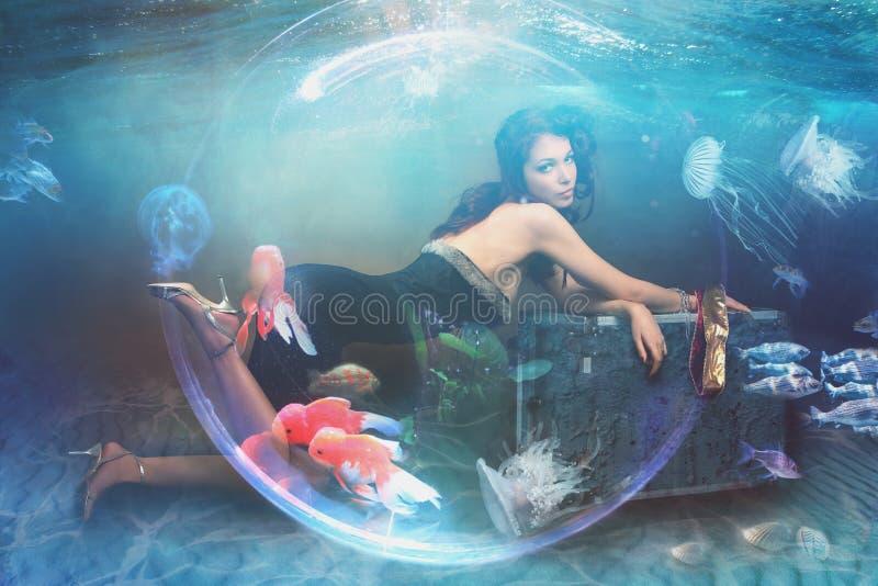 Debajo de mujer de la fantasía del fondo del mar del agua foto de archivo libre de regalías