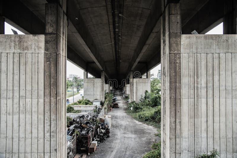 Debajo de sucio tollway en Tailandia fotografía de archivo
