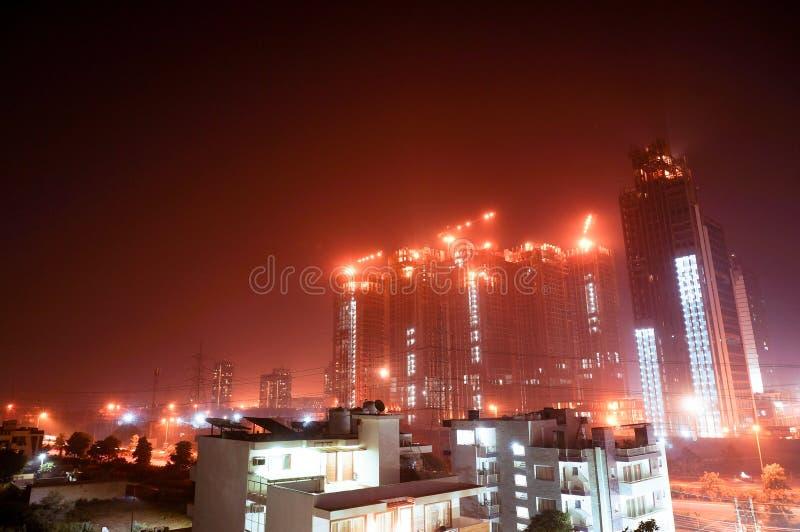 Debajo de tiro del rascacielos de la construcción en la noche en gurgaon fotografía de archivo