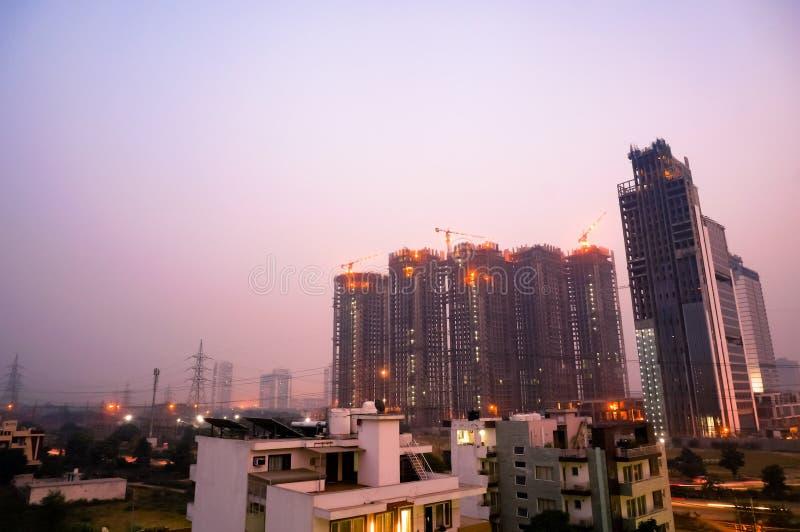 Debajo de tiro del rascacielos de la construcción en la oscuridad en gurgaon del noida fotografía de archivo