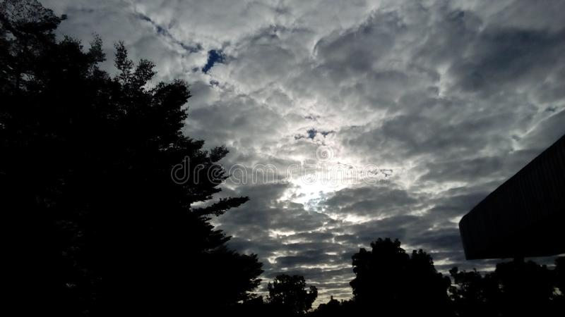 Debajo del cielo imagen de archivo libre de regalías