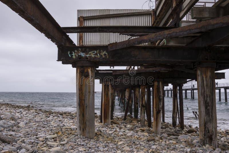 Debajo del embarcadero rápido viejo de la bahía, sur de Australia fotos de archivo
