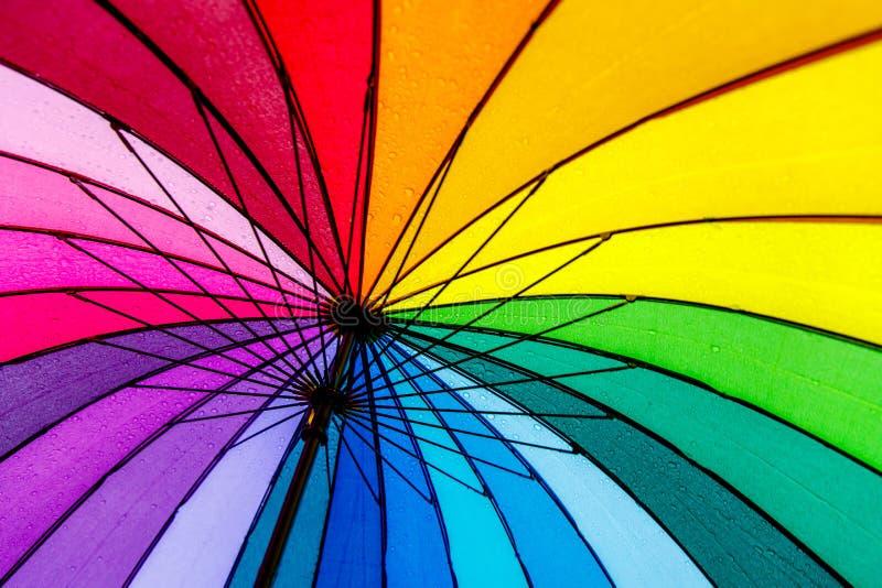 Debajo del paraguas colorido, fondo del arco iris foto de archivo libre de regalías