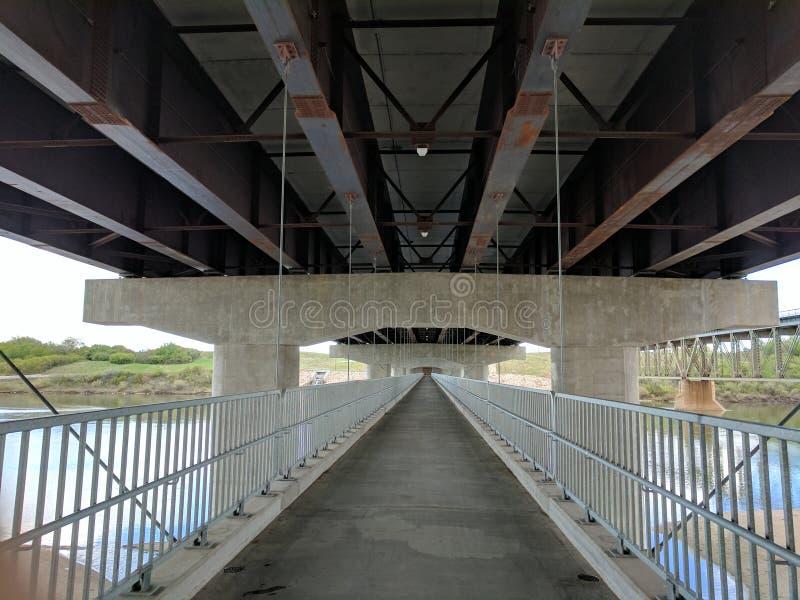 Debajo del puente imagenes de archivo
