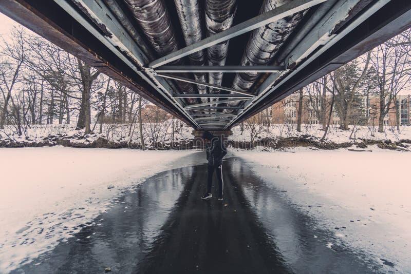 Debajo del puente durante invierno fotos de archivo libres de regalías