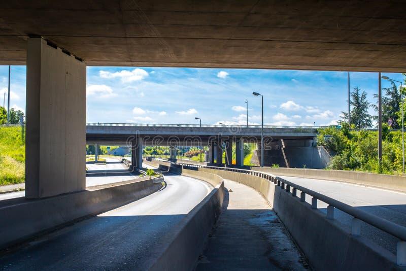 Debajo del puente en la autopista Construcción concreta del empalme de camino Carretera en Europa Entre dos carreteras No foto de archivo