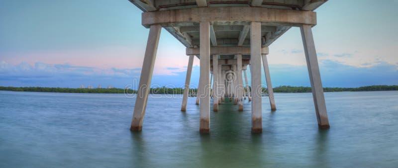 Debajo del puente del nuevo paso de la puesta del sol de la bahía de Estero foto de archivo