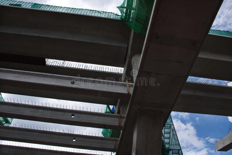 Debajo la vista de la construcción concreta que está siendo estructura para la extensión del carril del tren de cielo Foto tomada fotos de archivo libres de regalías