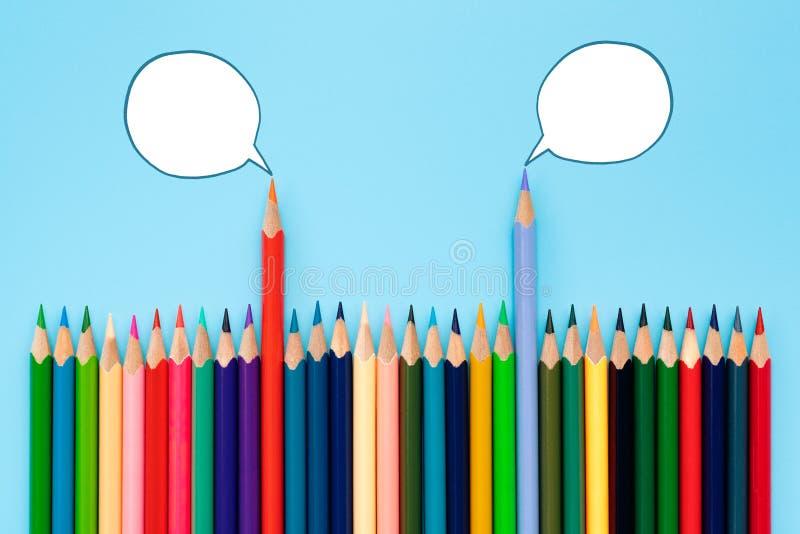 Debat, dialoog, communicatie en onderwijsconcept kleurenpotlood die over politieke standpunten met toespraakbellen spreken royalty-vrije illustratie