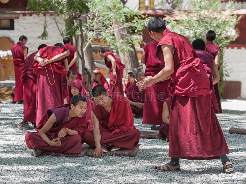 Debate não identificado das monges no monastério dos soros fotos de stock royalty free