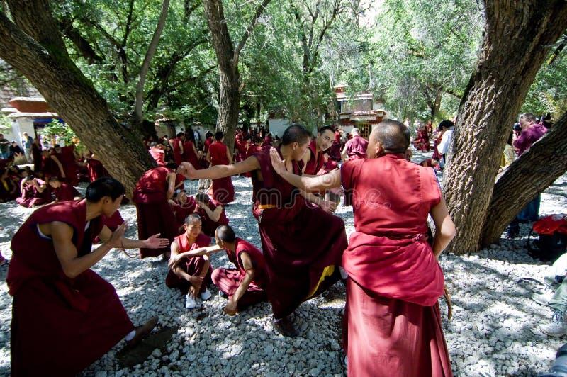 debattera monks arkivbild