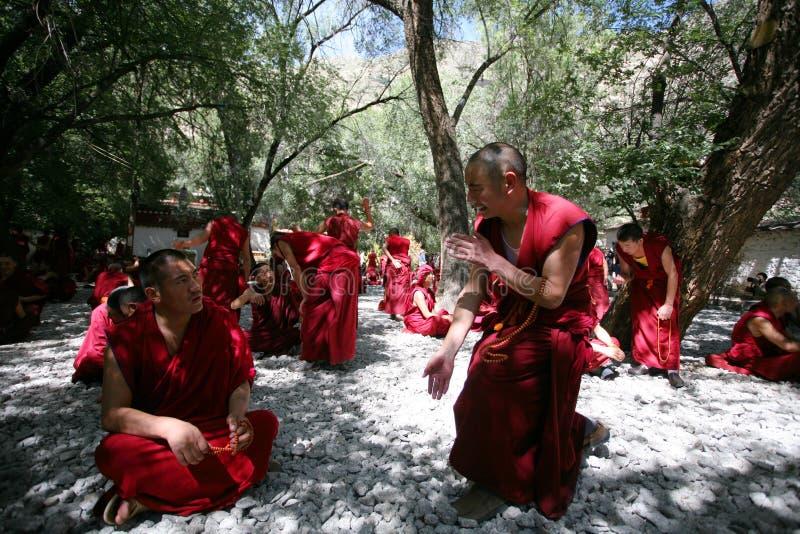 debattera tibetana doktrinlamas för buddist arkivbilder