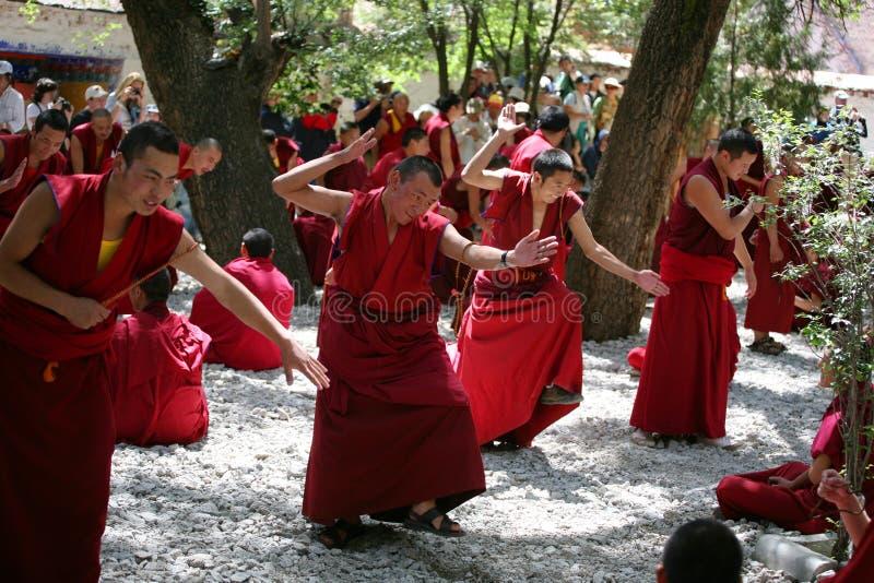 debattera tibetana doktrinlamas för buddist royaltyfria bilder