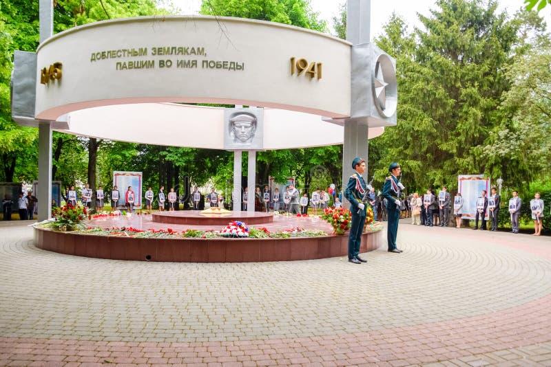 Deber festivo del guardia cerca del monumento a los soldados de los libertadores fotografía de archivo