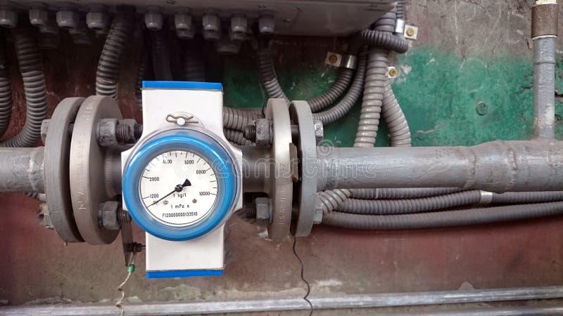 Debietmeter op de pijpleiding wordt geïnstalleerd die Meting van waterstroom i royalty-vrije stock afbeeldingen