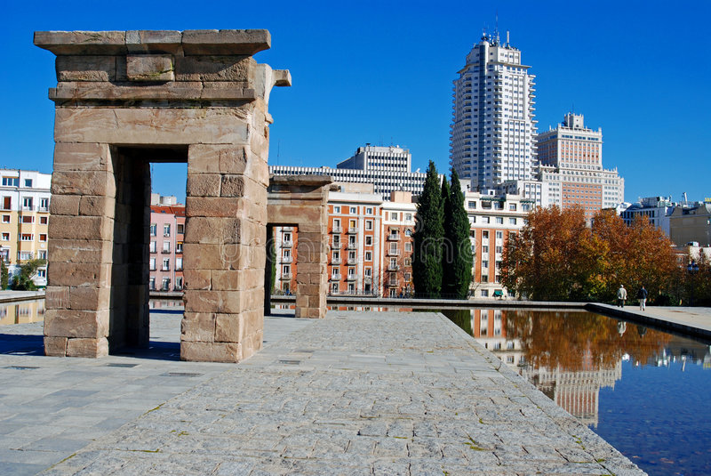 Debod che riflette Madrid fotografie stock