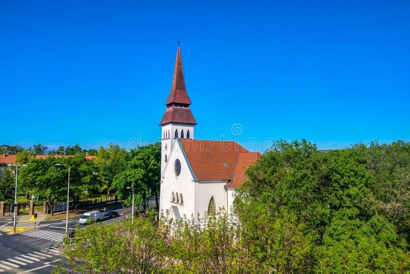 Debrecen, Hongarije - Mei 14, 2019: Opnieuw gevormde Kerk op een duidelijke zonnige dag stock foto