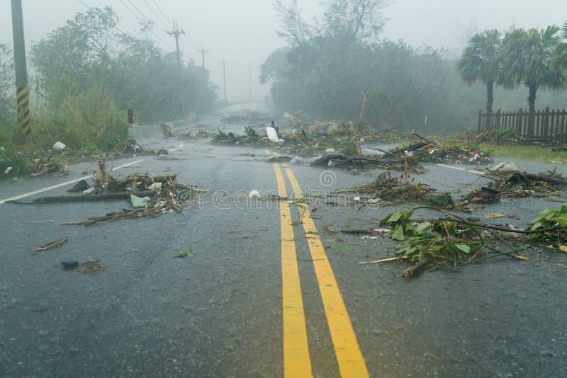 Debri στο δρόμο κατά τη διάρκεια του τυφώνα στοκ εικόνες