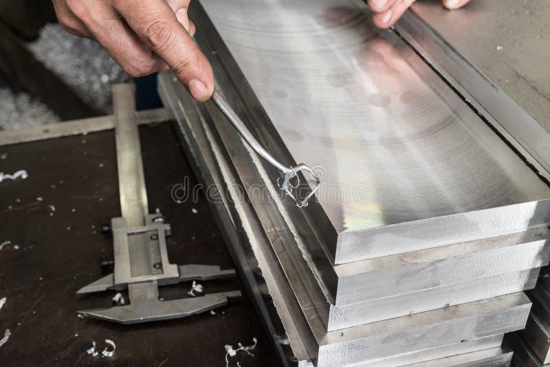 Deburring των πιάτων χάλυβα μετά από την άλεση Στο χέρι του ένα απλό $cu στοκ φωτογραφίες με δικαίωμα ελεύθερης χρήσης