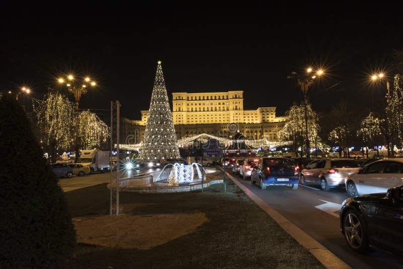 12 DEC 2017年在议会布加勒斯特罗马尼亚,装饰和圣诞树、许多光和tra的宫殿的圣诞节市场 库存图片
