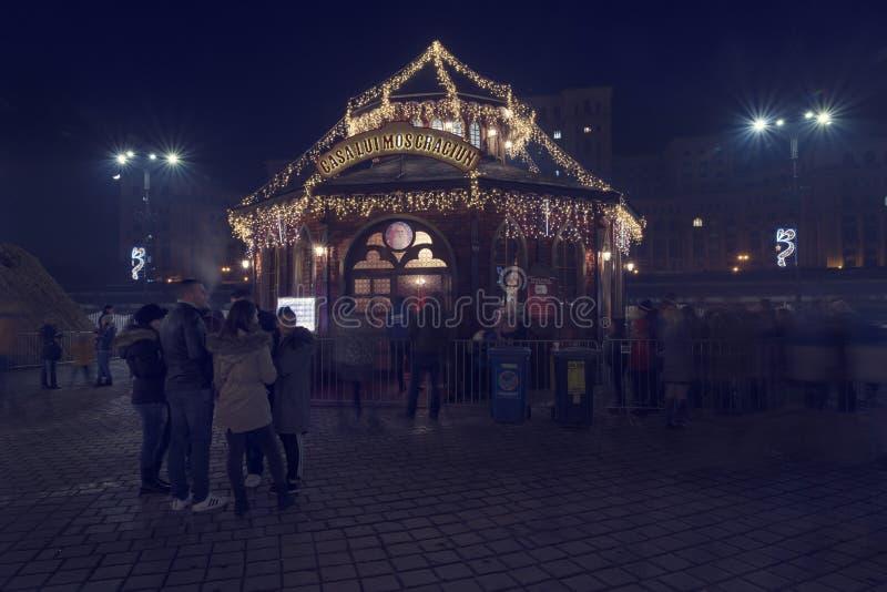 13 DEC 2018, det Rumänien, Bucharest huset av Santa Claus på jul marknadsför på den rumänska parlamentet Lång exponeringsbild fotografering för bildbyråer