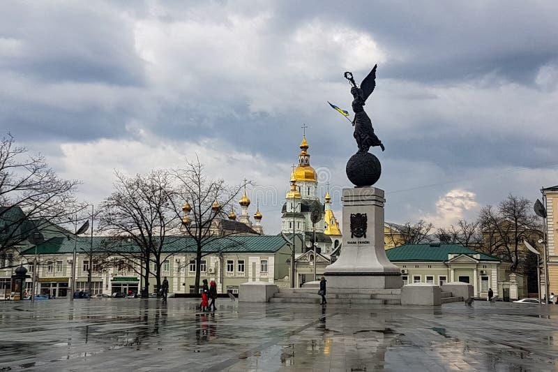 Dec 2017, Kharkiv, de Oekraïne: het onafhankelijkheidsmonument, genoemd de vliegende die Oekraïne, in Grondwetsvierkant wordt gev royalty-vrije stock foto's