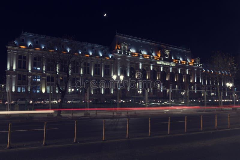 13 DEC Rumänien 2018 Bucharest hovrätt vid natt Blured ljus från att passera bilar Lång exponeringsbild royaltyfri fotografi