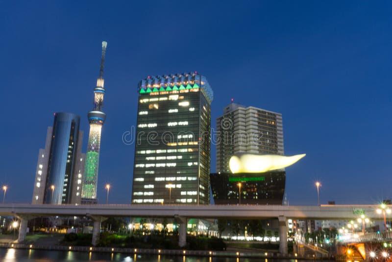 Dec 2, 2016: Tokio Japonia: Budynki wzdłuż strony Sumida rzek zdjęcie stock