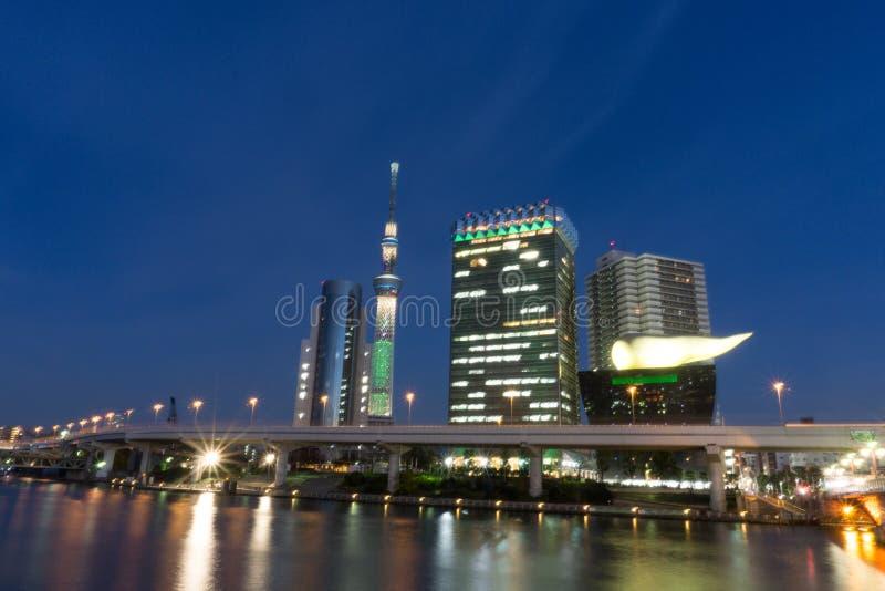 Dec 2, 2016: Tokio Japonia: Budynki wzdłuż strony Sumida rzek obraz royalty free