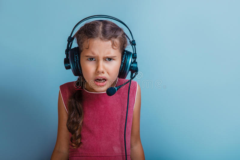 Decade europea di aspetto della ragazza che ascolta la musica immagine stock