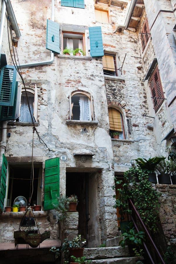 Decaiga en un patio trasero de Rovinj, Croacia imagen de archivo libre de regalías