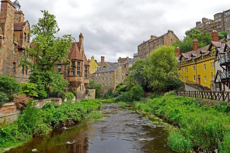 Decano Village a lo largo del agua de río de Leith en Edimburgo, ESCOCIA imagen de archivo