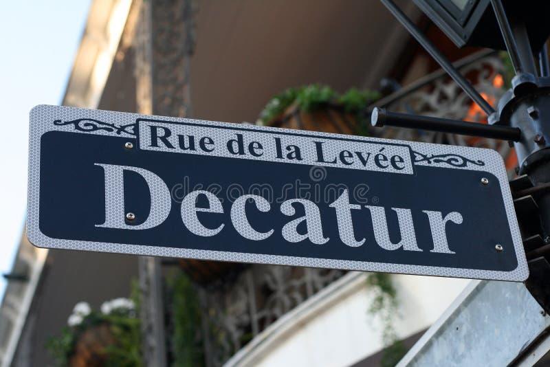 Decatur Straßenschild in New Orleans stockbild