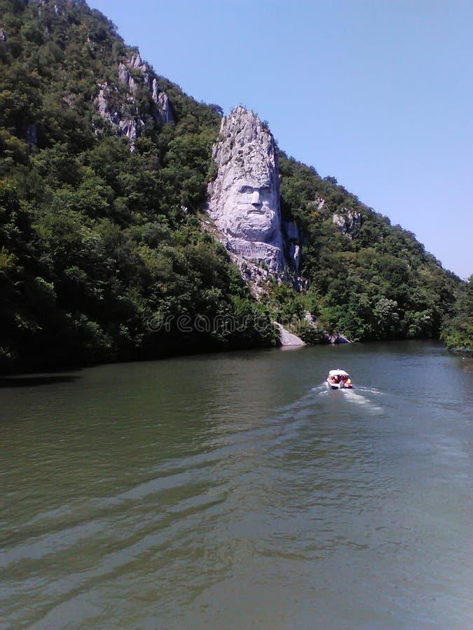 Decebal'sstandbeeld in de rotsachtige kust van de Donau wordt gebeeldhouwd die stock afbeelding