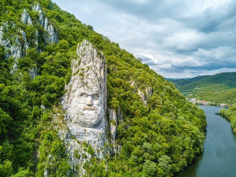 Decebal的头在岩石,多瑙河峡谷,铁门雕刻了,吉卜赛 图库摄影