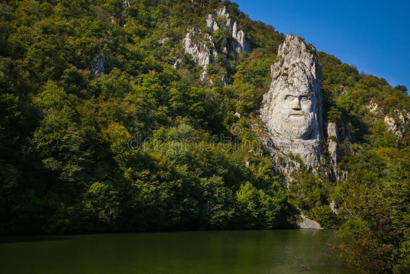 Decebal雕象在山雕刻了 Decebal ` s头在岩石,铁门自然公园雕刻了 免版税库存图片