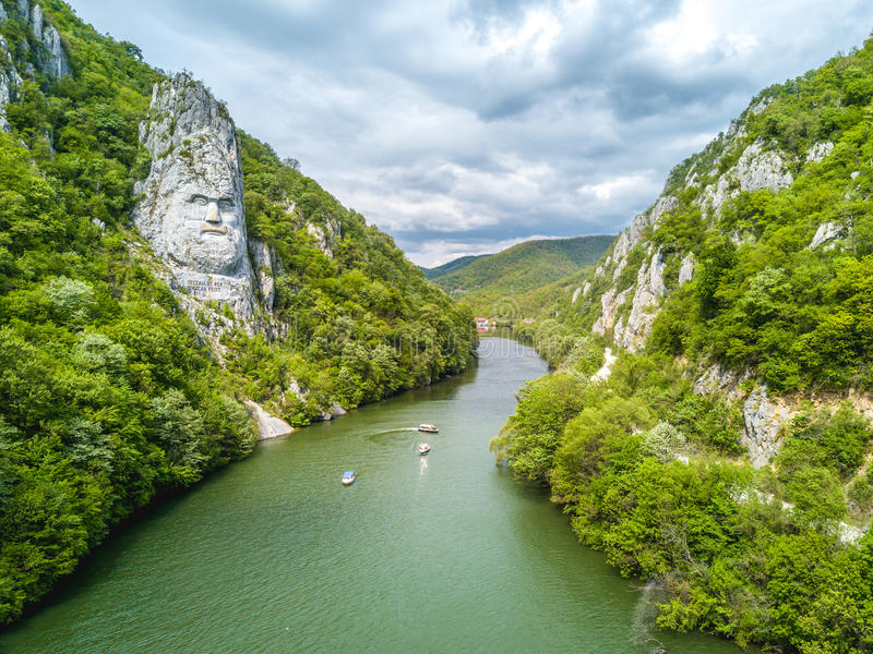 Decebal ` s头在岩石,多瑙河峡谷雕刻了 库存图片