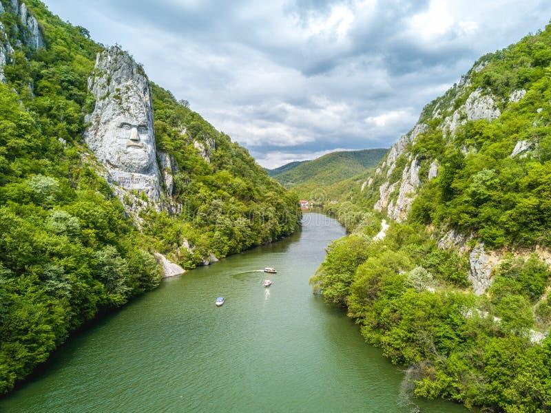 Decebal ` s głowa sculpted w skale, Danube wąwozy zdjęcia royalty free