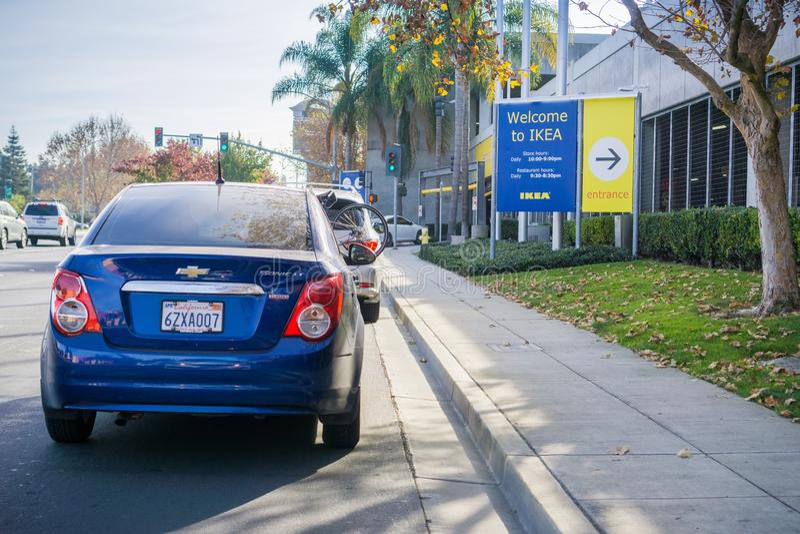 December 9, 2017 öst Palo Alto/CA/USA - bilar som väntar i linje för att skriva in den IKEA parkeringsplatsen; Välkomnande till d arkivfoto